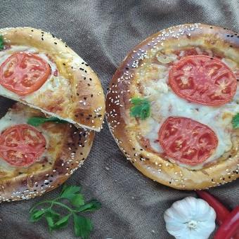 بيتزا بالطماطم والموزاريلا للسحور