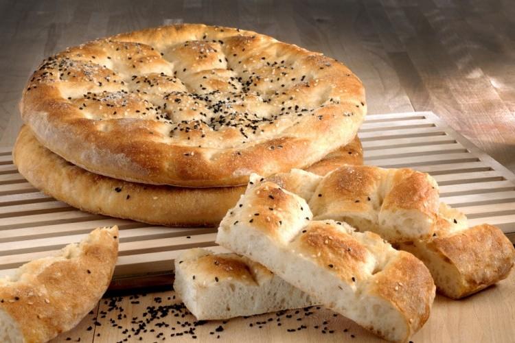 الخبز التركي بالسمسم والحبة السوداء