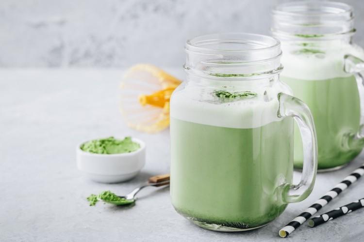 عصير الشاي الأخضر مع حليب جوز الهند للديتوكس