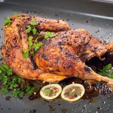 دجاج مشوي بالفرن مع الأعشاب والليمون