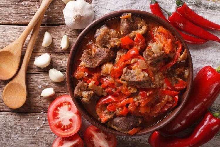 لحم الخروف بالطماطم والفلفل الحار