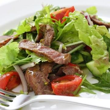 سلطة خضراء بالستيك صحية وشهية
