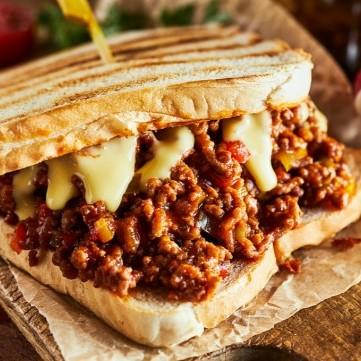 ساندويش لحم مفروم بالجبنة والمشروم