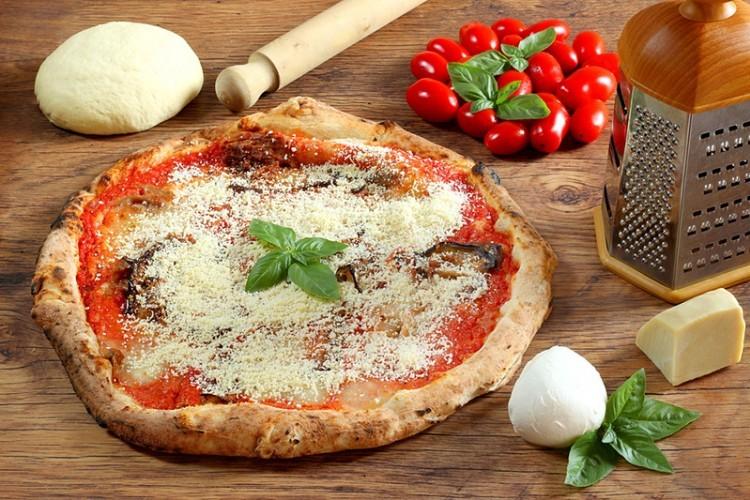 بيتزا بالريحان والجبن