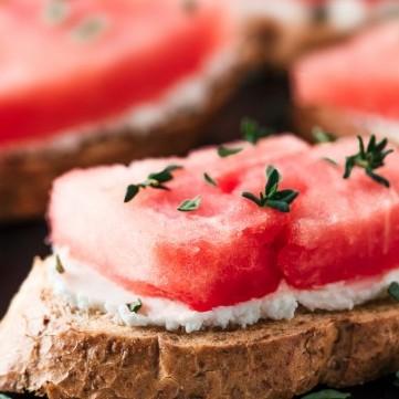 بروشكيتا الجبن الكريمي مع البطيخ لمقبلات شهية