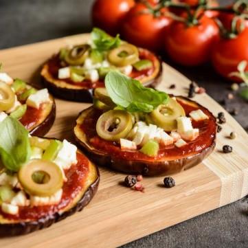 باذنجان مشوي بجبن الفيتا والطماطم لرجيم صحي