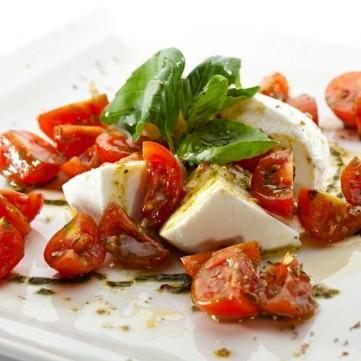 سلطة جبن الموزريلا والطماطم بالريحان