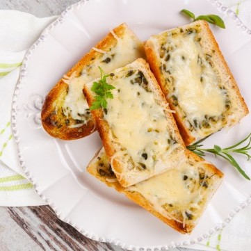 خبز الثوم بالجبن بالفرن