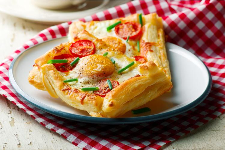 فطائر البف باستري بالبيض والجبن للفطور