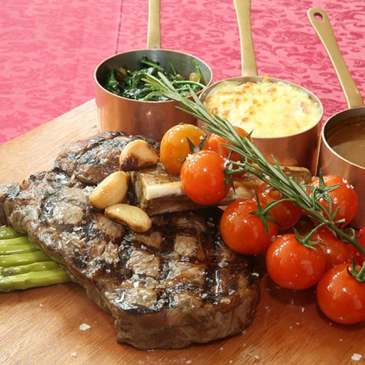 لحم بقري مشوي مع البطاطس والسبانخ