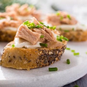 مقبلات التونا بالجبن الكريمي والبصل الأخضر
