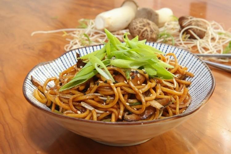 نودلز بالفطر على الطريقة الآسيوية