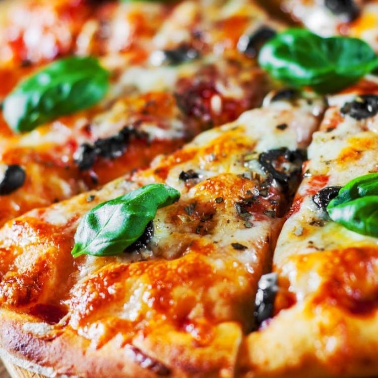 بيتزا الأجبان بالفطر والببروني