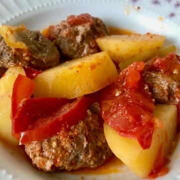 الكفتة المحمرة مع البطاطس