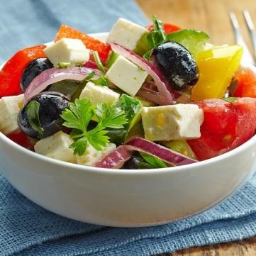 سلطة يونانية على طريقة المطاعم