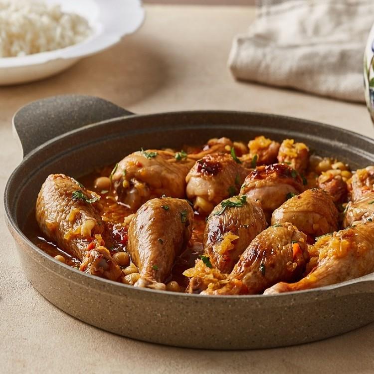 الدجاج بصلصة الكاري والحمُّص