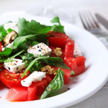 سلطة الطماطم بالريحان وجبن الفيتا