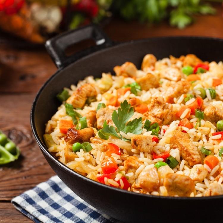أرز مفلفل بالدجاج والخضار