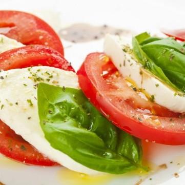 سلطة جبن الموتزاريلا والطماطم