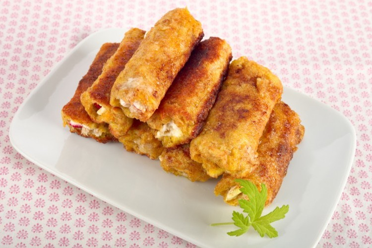 رولات جبن الشيدر بثلاث مكونات للفطور