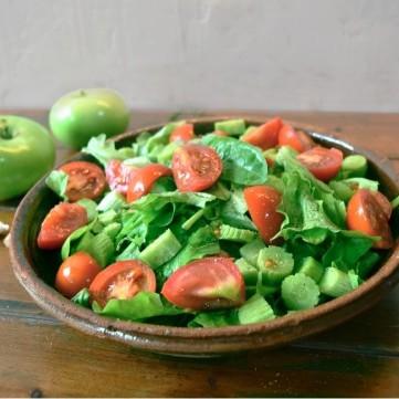 سلطة السبانخ بالتفاح الأخضر