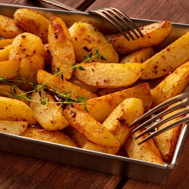 أصابع البطاطس بصوص البابريكا والزعتر