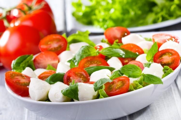 سلطة الطماطم مع كرات الموزاريلا