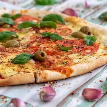 البيتزا بالموزريلا والريحان