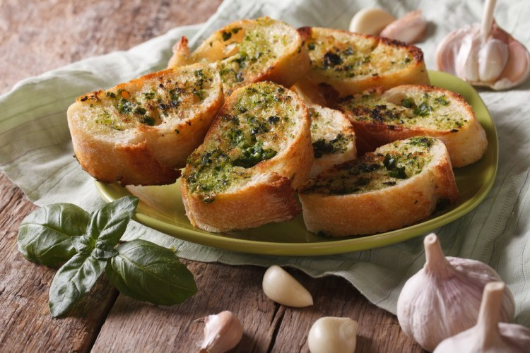 خبز الثوم المحمص مع الريحان