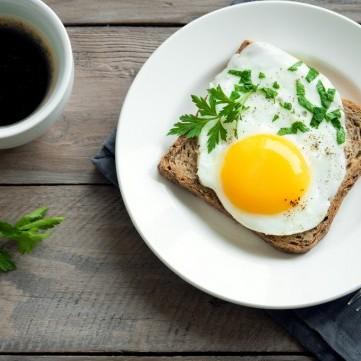 طريقة عمل التوست بالبيض لفطور شهي