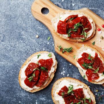 خبز محمص بالجبن الكريمي والطماطم المجففة للمقبلات