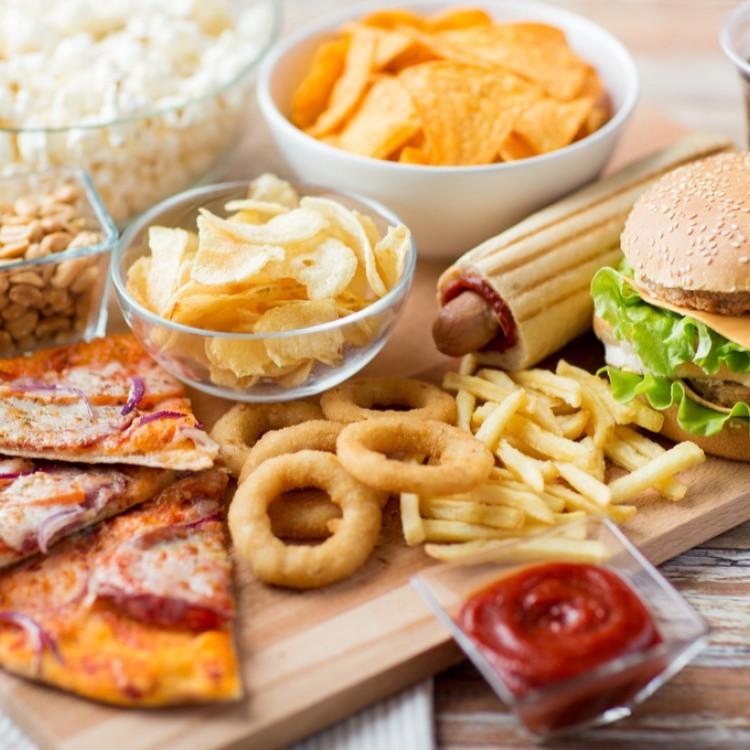 كشف خطر جديد للوجبات السريعة على الشباب