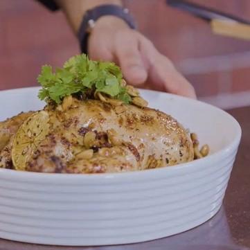 دجاج اليوم المشوي بالفرن المحشي بالكينوا والأعشاب بالفيديو