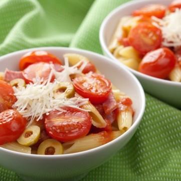 سلطة المكرونة بالطماطم المشوية والزيتون