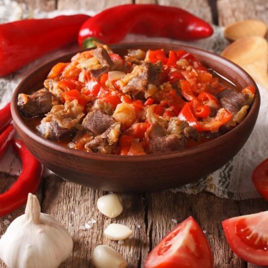 لحم الخروف المطهو بالطماطم والفلفل الأحمر