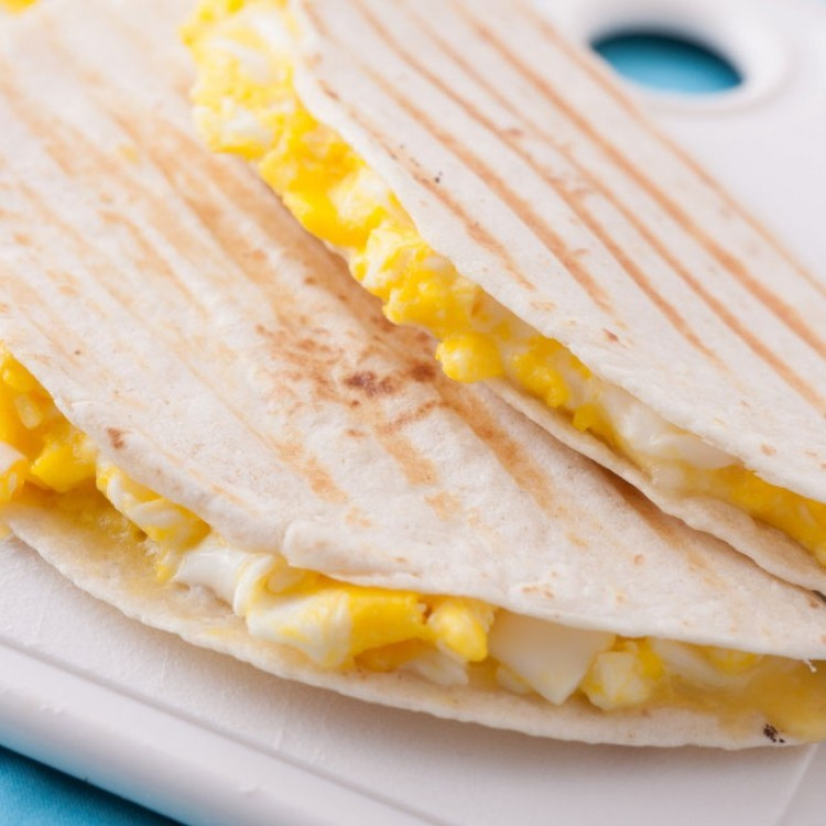 لفائف البيض مع جبن الفيتا للفطور