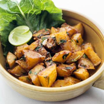 البطاطا بالثوم والكزبرة الخضراء