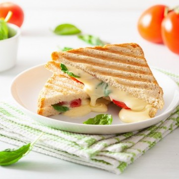 ساندويش الجبن مع الطماطم والسبانخ للفطور