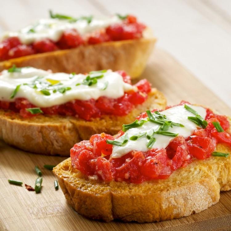 بروشكيتا الموزريلا والريحان بالطماطم