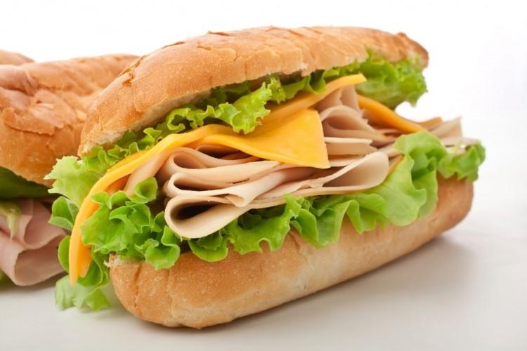 ساندويش التيركي المدخن والجبن