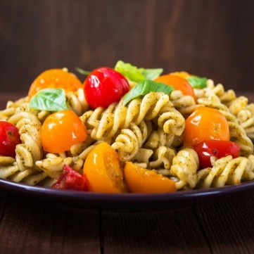 سلطة المكرونة بالطماطم والبستو