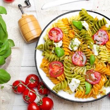 سلطة الباستا مع الطماطم وجبن الفيتا