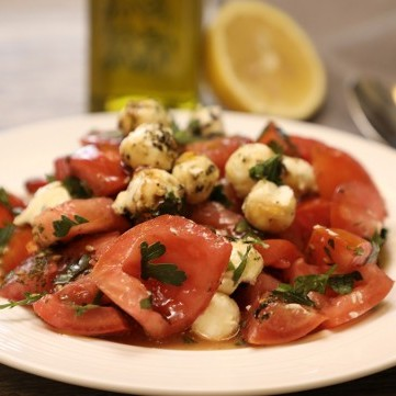 سلطة الطماطم مع كرات اللبنة