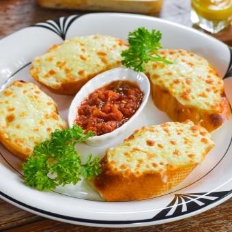 الخبز الفرنسي المحمص بالثوم والجبن