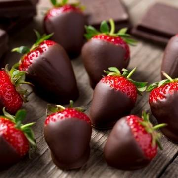 فراولة مغطاة بالشوكولاتة لضيافة فاخرة