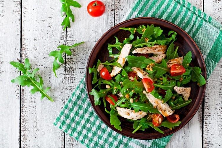 سلطة الدجاج بالجرجير والطماطم الصحية