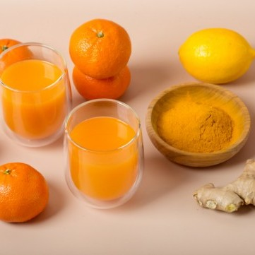 عصير الحمضيات بالكركم والزنجبيل