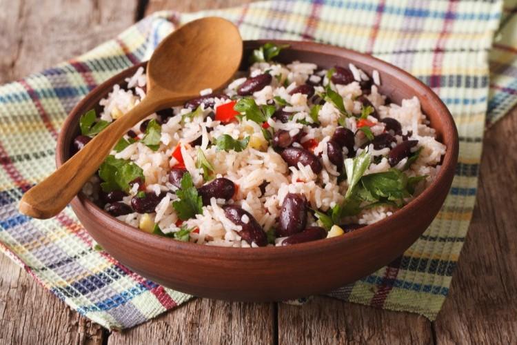 الأرز المكسيكي بالفاصوليا الحمراء والخضار