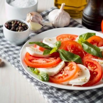 طماطم مع جبن الموزاريلا