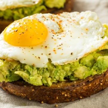 بيض بالأفوكادو للفطور
